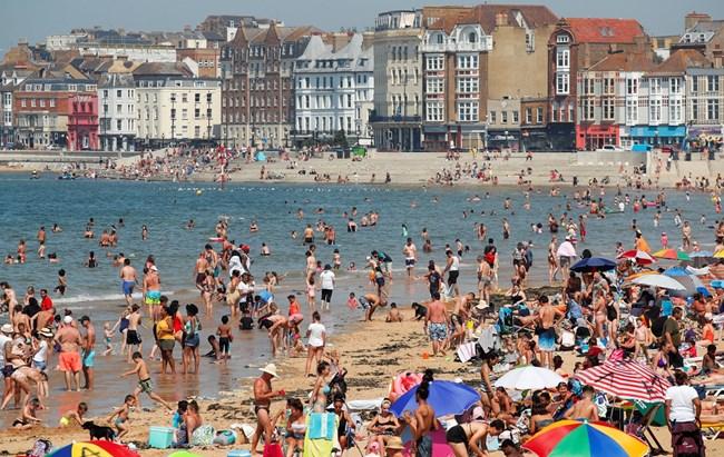 Гореща вълна в Европа, хиляди британци на плаж (Снимки)