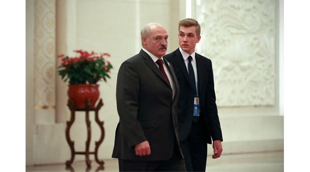 Лукашенко, последният европейски диктатор, под властта на 15-годишния си син Коля