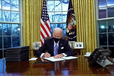 Байдън подписва първите заповеди.