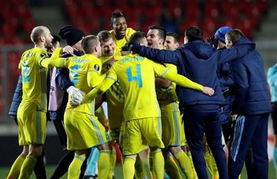 """Футболисти и треньори на """"Астана"""" празнуват победата в Прага. СНИМКА: РОЙТЕРС"""