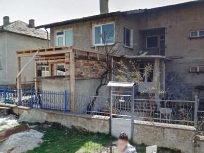 Къщата в Антоново, където е регистрирана фирмата, която побърква големите общини на България.
