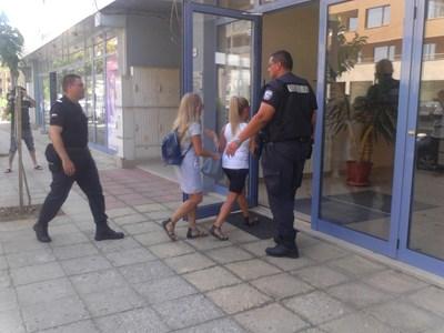 Антимафиоти влизат в офиса на кабелна телевизия в Благоевград. СНИМКА: Тони Маскръчка