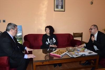 Радина Вълчева, кметът Добромир Добрев и председателят на общинския съвет Димитър Николов обсъдиха детайли по отварянето на кабинета
