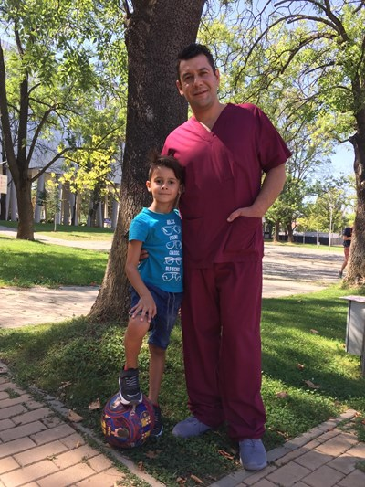 Евгени Будинов в медицинските дрехи на героя си д-р Петмезов заедно със сина си Александър, който обожава футбола. СНИМКА: Личен архив