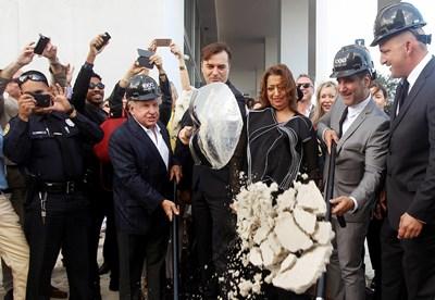 На 5 декември 2014 година Заха Хадид и Патрик Шумахер (от дясната й страна) заедно направиха символична първа копка на строежа на крайбрежния небостъргач Curbed Miami в американския град Снимка Ройтерс
