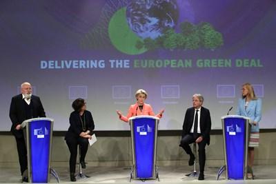 Шефката на ЕК Урсула фон дер Лайен (в средата) представя новите предложения за климата в компанията на вицепрезидента за Европейския зелен пакт Франс Тимерманс и еврокомисарите по транспорта Адина Вълян, по икономиката Паоло Джентилони и по енергериката Кадри Симсон (от ляво на дясно).   СНИМКА: РОЙТЕРС
