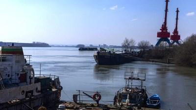 Въглища се запалиха на пристанище край Видин, пожарните на крак
