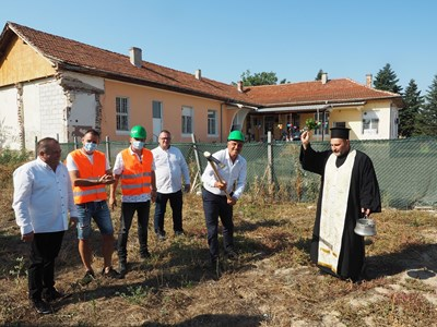 Димитър Иванов, Трайчо Кардашев и Стоян Куршумов направиха първата копка.