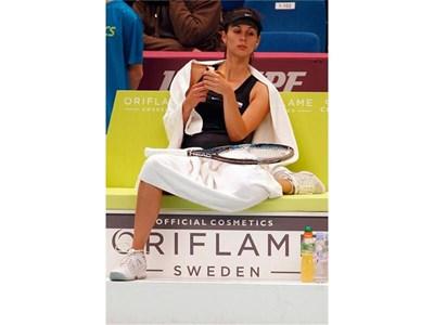 """Цветана Пиронкова хапва банан, докато чака лекарят да окаже помощ на На Ли в парижката зала """"Кубертен"""". Нашата звезда в тениса е подгънала левия си крак, тъй като има проблем с коляното."""