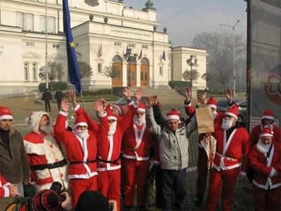 Бащи, облечени като Дядо Коледа поискаха повече права за тях като родители. СНИМКА: Пиeр Пeтров