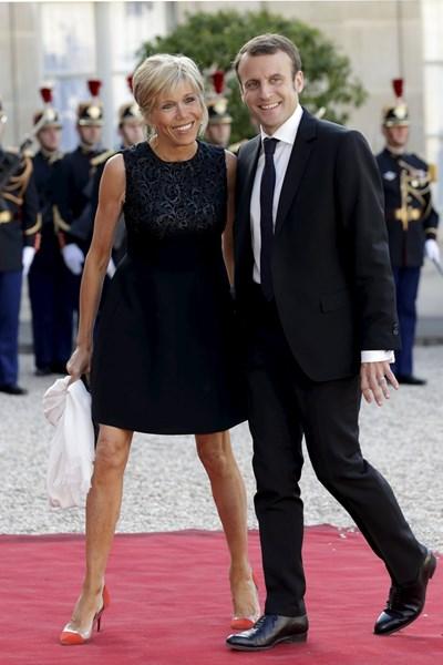 Брижит Макрон придружава навсякъде съпруга си, тя е основната му опора в кандидатпрезидентската кампания. СНИМКА: РОЙТЕРС