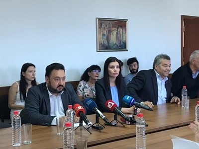 Генералният директор на БНР Светослав Костов (вляво) с Управителния съвет на радиото на изслушването пред СЕМ днес.   СНИМКИ: ЦВЕТЕЛИНА ШЕНЕВА