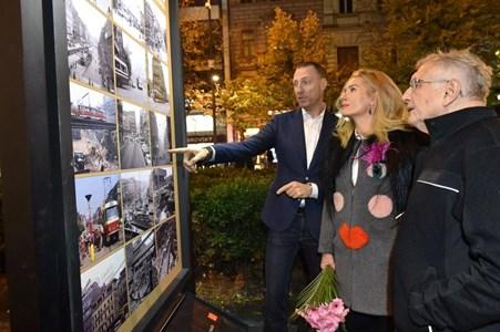 Семейство Менцел разглеждат снимки на Вацлавске намести в Прага от миналото и сега.