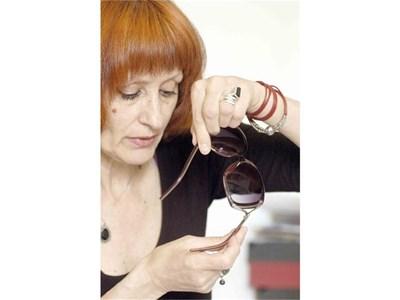 Експертът Лиляна Цанкова показва къде трябва да има маркировка.  СНИМКИ: ИВАЙЛО ДОНЧЕВ