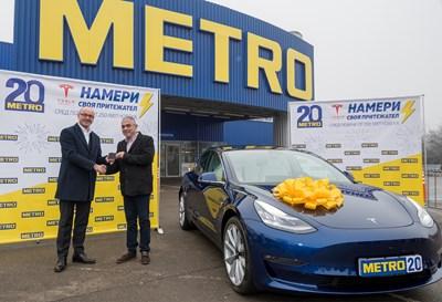 Атила Йенисен, в ляво, Главен изпълнителен директор на МЕТРО България, връчва картата-ключ за автомобил TESLA Model 3 на Петър Нешев