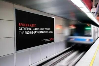С билбордове немски ученици показват разквръзката в сериали на Нетфликс, за да си стоят хората у дома