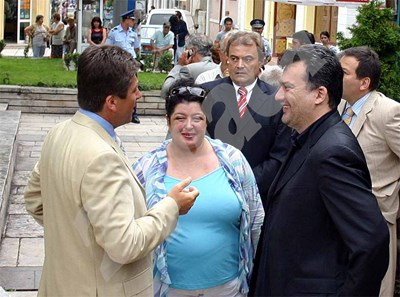 Покойните Ева Михова и Михаил Михов разговарят с президента Георги Първанов. СНИМКА: 24 часа