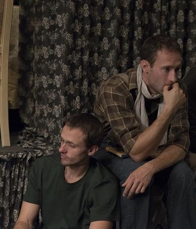 """Деян и Дарин често излизат заедно на сцената. Хванати са в кадър в постановката """"Дългият път на деня към нощта"""".  СНИМКА: НАРОДЕН ТЕАТЪР"""