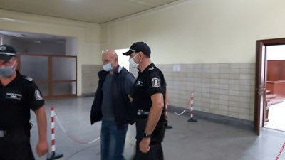 Украинският шофьор Октавиан Бетиан влезе под охрана в залата на Окръжния съд в Ямбол.