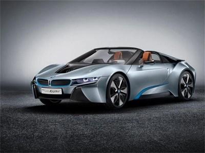 Футуристичният концептуален модел i8 се сдоби и с кабриоверсия, която носи името Spyder. Спортният автомобил се задвижва с хибридна технология. СНИМКА: BMW