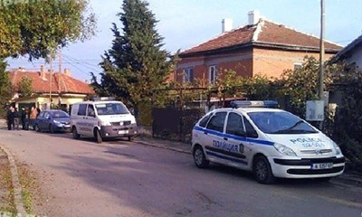 Криминалистите оглеждаха дома на убития фермер Кунчо Кунчев. Снимка: Валери Ведов