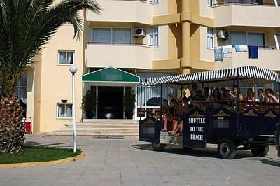 Влакчето, с което от хотела возят туристите до плажа.