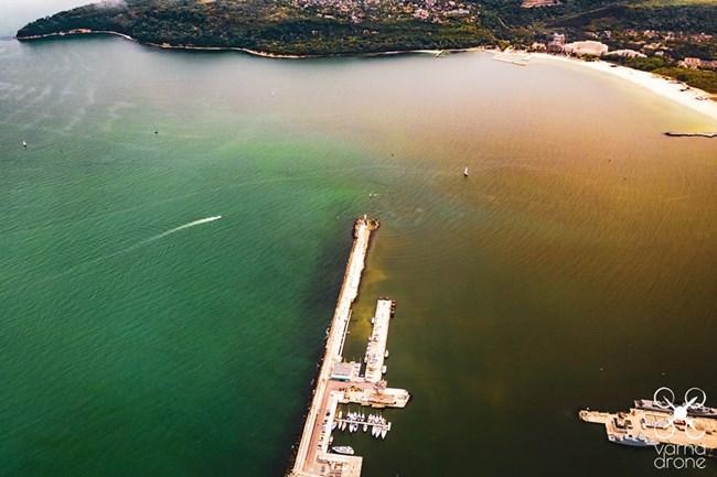 """Тази снимка бе разпространена за състоянието на Варненското езеро - за нея <strong class='keys'>Георги Александров</strong> пише, че е """"манипулативна"""". СНИМКА: VARNA DRONE"""