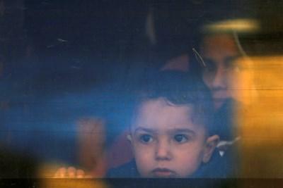Момченцето на лишен от свобода палестинец отива да го види в израелски затвор. СНИМКА: РОЙТЕРС