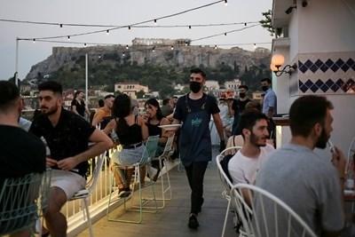 Гръцките власти обмислят възстановяване на пълната блокада заради нарастващите случаи на Covid-19 СНИМКА: Ройтерс