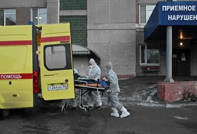 Медици в Русия превозват с линейка тежкоболен пациент до болницата. СНИМКА: РОЙТЕРС