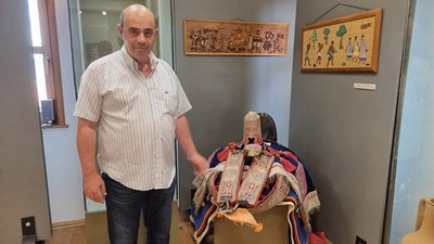 Директорът на музея в Созопол Димитър Недев до седлото за камила, подарено на Живков от Кадафи.Снимки:Елена Фотева