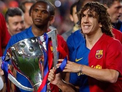 """Капитанът на """"Барселона"""" Карлес Пуйол триумфира с трите най-важни трофея в рамките само на две седмици - Кралската купа, трофея за първо място в Примера дивисион и купата за победа в Шампионската лига. СНИМКИ: БТА И РОЙТЕРС"""