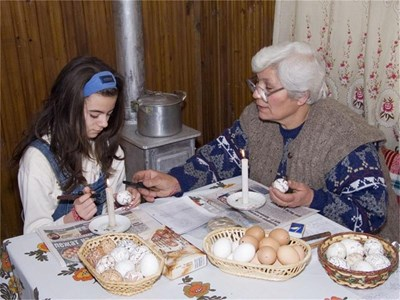 Майсторката на писани яйца Гера Грънчарова учи внучката си как се рисува с восък. СНИМКИ: АВТОРЪТ И АРХИВ