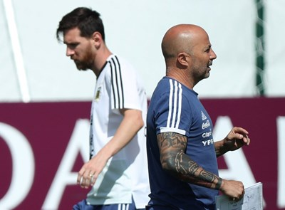 Лионел Меси и треньорът Хорхе Сампаоли гледат в различни посоки. СНИМКА: РОЙТЕРС