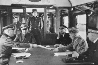 Подписването на примирието във влака до Компиен, 22 юни 1940 г. СНИМКА: Уикипедия/Bundesarchiv, Bild