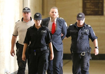 Надзиратели водят Джок Полфрийман в съда през 2018 г., когато му отказаха да го пуснат предсрочно от затвора.