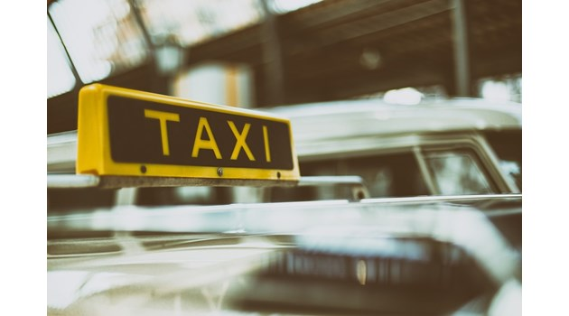 Простреляха таксиметров шофьор, докато кара, двама са задържани