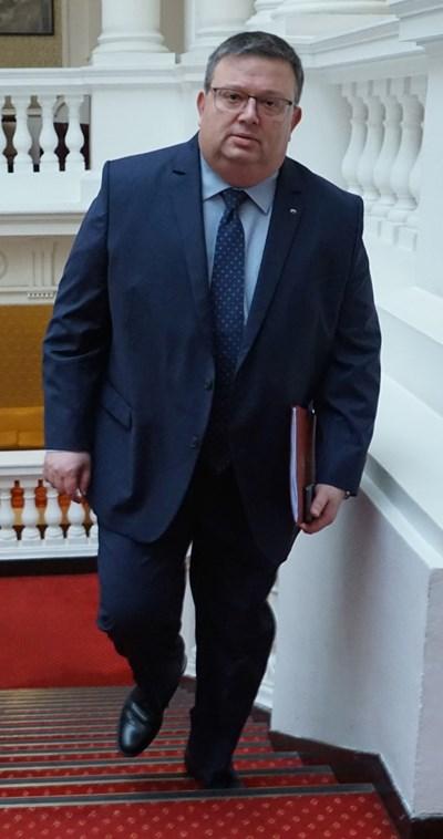 Главният прокурор Сотир Цацаров влиза на заседание на комисията за борба с корупцията и сивата икономика. СНИМКА: Десислава Кулелиева