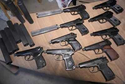 Пистолети със заглушител, намерени у една от бандите. СНИМКИ: МВР