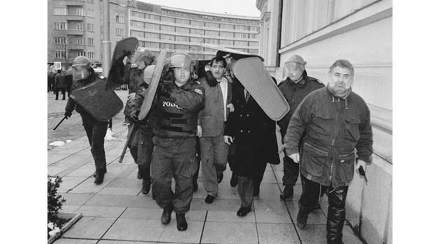 Фаталните 12 часа на 10.01.1997 г., които доведоха до връщането на мандата на 4.02. Доган към Костов: Излизай на улицата, властта се търкаля по паветата