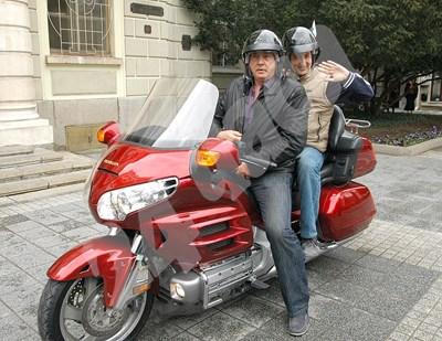 Областният управител Здравко Димитров вози на мотора си кмета на Пловдив Иван Тотев в един от редките моменти, в които двамата демонстрираха добри отношения. СНИМКА: 24 часа