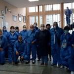 Квесторите в Икономическата гимназия в Пазарджик бяха оборудвани с всякакви предпазни средства и приличаха на лекарите от първа линия.