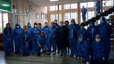 Квесторите в Икономическата гимназия в Пазарджик бяха оборудвани с всякакви предпазни средства и приличаха на лекарите от първа линия. СНИМКА: Любомир Илков