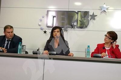 Евродепутатът Емил Радев, председателят на ПГ на ГЕРБ д-р Даниела Дариткова и депутатът от управляващата партия Десислава Атанасова СНИМКИ: Румяна Тонева