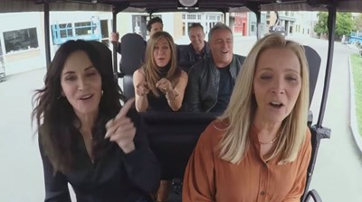 Дженифър Анистън, Къртни Кокс, Лиса Кудроу, Дейвид Шуимър, Мат Лебланк и Матю Пери се возят в количка, чийто шофьор е тв водещият Джеймс Кордън