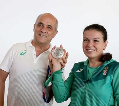 Треньорът Христо Христов и сребърната медалистка от Олимпиадата в Токио Антоанета Костадинова работят заедно вече 18 години, сега се целят в Олимпийските игри в Париж през 2024 година.   СНИМКА: Бончук Андонов