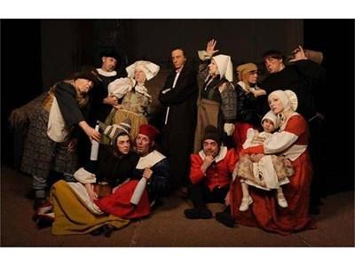 Малин Кръстев (на снимката в средата) в сцена от спектакъла Кола Брьонон СНИМКА: АРХИВ НА МЛАДЕЖКИ ТЕАТЪР