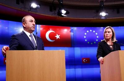 Мевлют Чавушоглу и Федерика Могерини на конференция в Брюксел СНИМКА: РОЙТЕРС