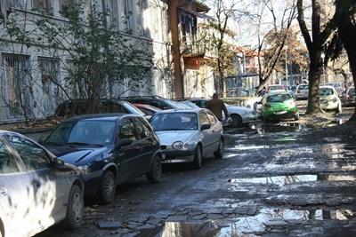 """Сред кал, локви и мръсотия спират сега колите на ул. """"4-и януари"""" в Пловдив."""