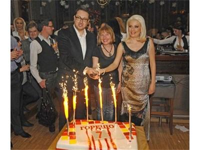 Боян Петков, Светлана Василева - новият шеф на Нова тв, и Венета Райкова са готови да разрежат тортата.  СНИМКИ: НИКОЛАЙ ЛИТОВ